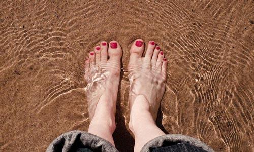 脚趾从跖球(脚掌下面近拇趾根的球形部分)伸出部分向上拱起,并且在